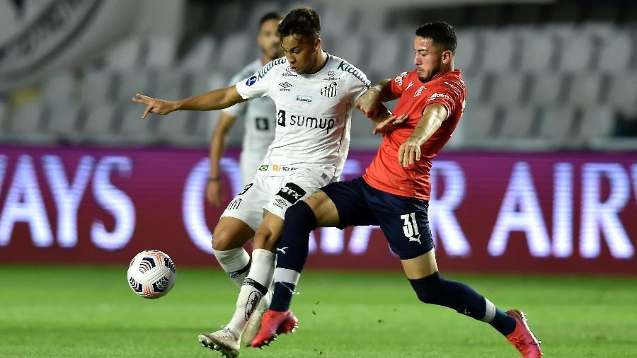 Kaio Jorge disputa a bola durante a partida do Santos contra o Independiente, pela ida das oitavas da Sul-Americana 2021. - Staff Images/Conmebol