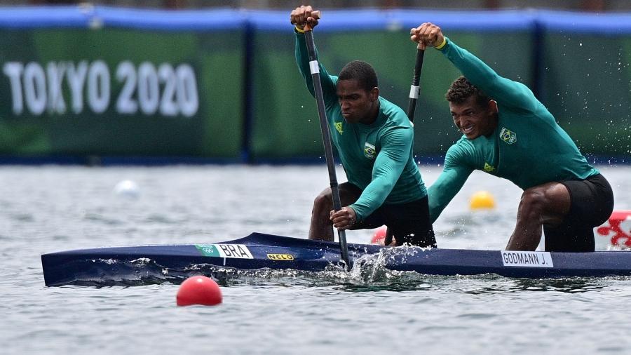 Isaquias Queiroz e Jacky Nascimento durante as quartas de final da a canoagem velocidade - Philip FONG / AFP