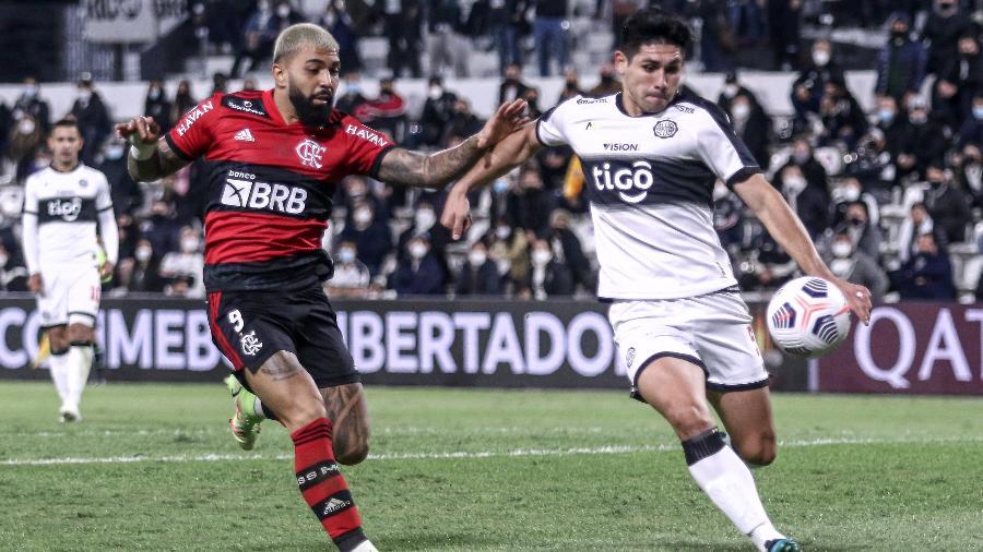 Gabigol disputa a bola no duelo entre Flamengo e Olimpia, pela Libertadores - Twitter Conmebol