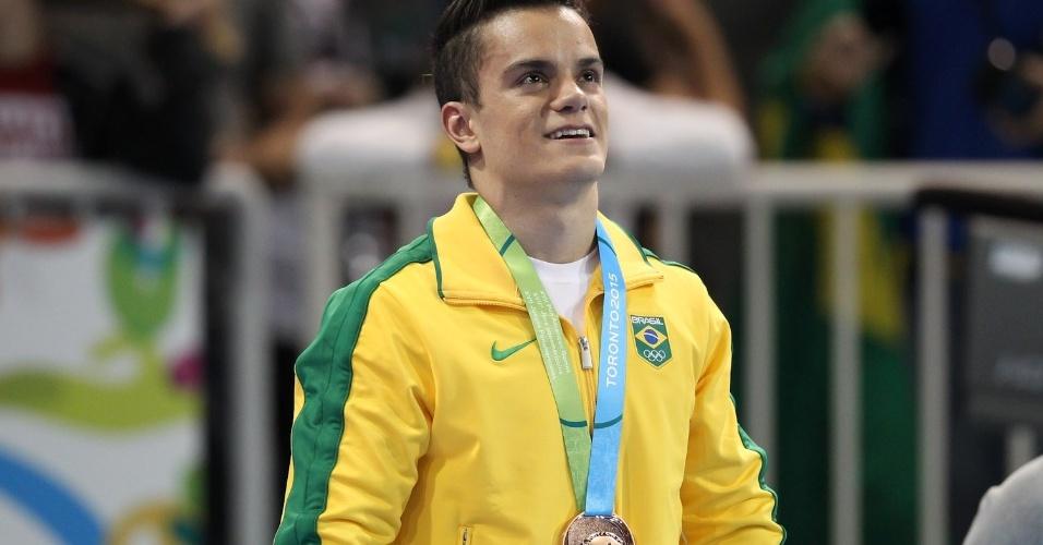 Caio Souza não esconde a felicidade no pódio do salto sobre a mesa. Brasileiro conquistou a medalha de bronze