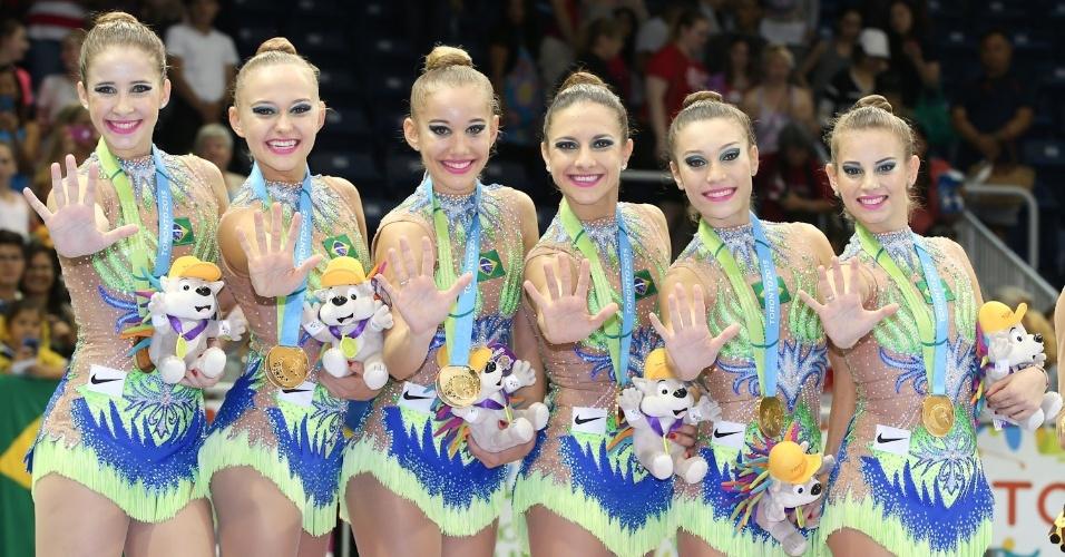 Equipe brasileira comemora o pentacampeonato na ginástica rítmica por equipes