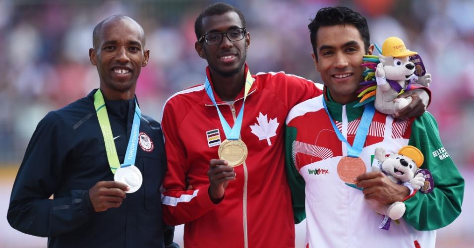 Aron Rono, dos Estados Unidos, Mohammed Ahmed, do Canadá, e Juan Luis Barrios, do México, exibem as medalhas de prata, ouro e bronze, respectivamente, dos 10000m