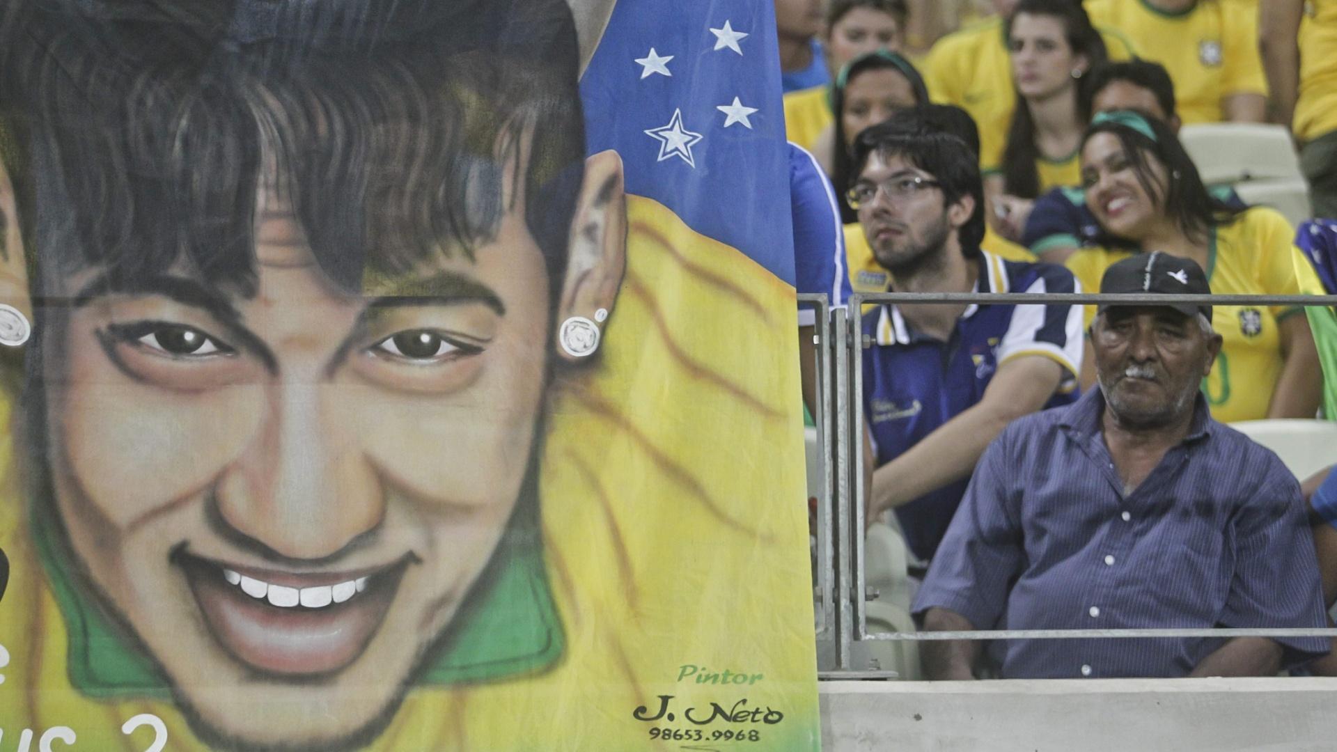 Torcedores levam bandeira de Neymar ao jogo do Brasil no Castelão. Atacante cumpre suspensão