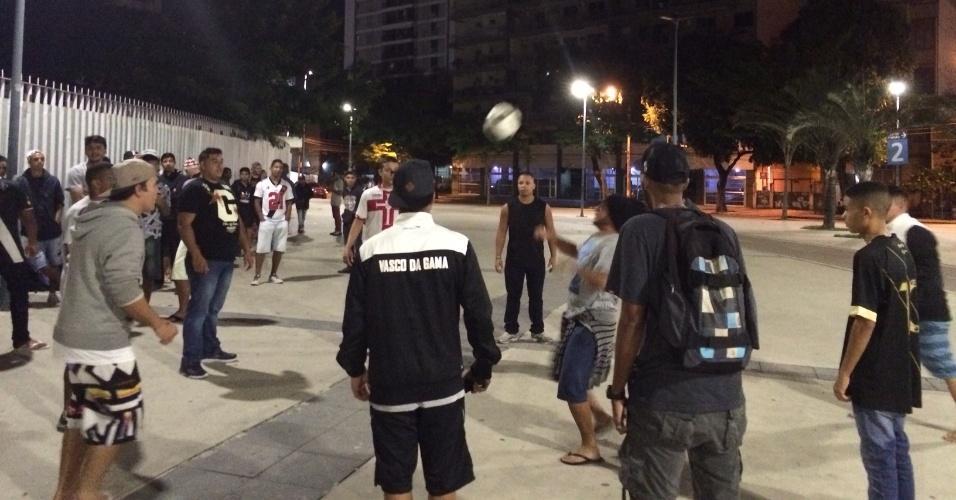 """Vascaínos jogam uma """"altinha"""" para passar o tempo na fila do Maracanã"""