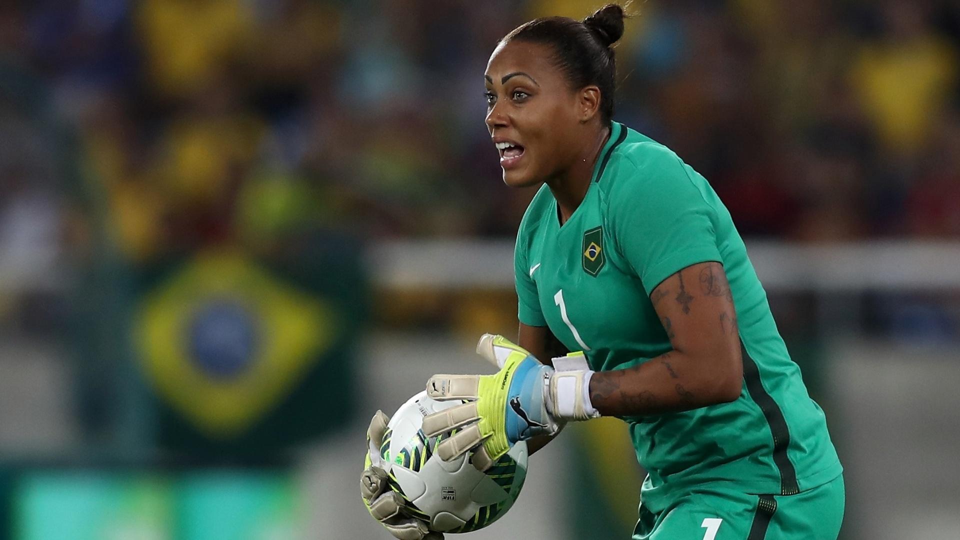 Goleira Bárbara, do Brasil, na partida contra a Suécia no Engenhão