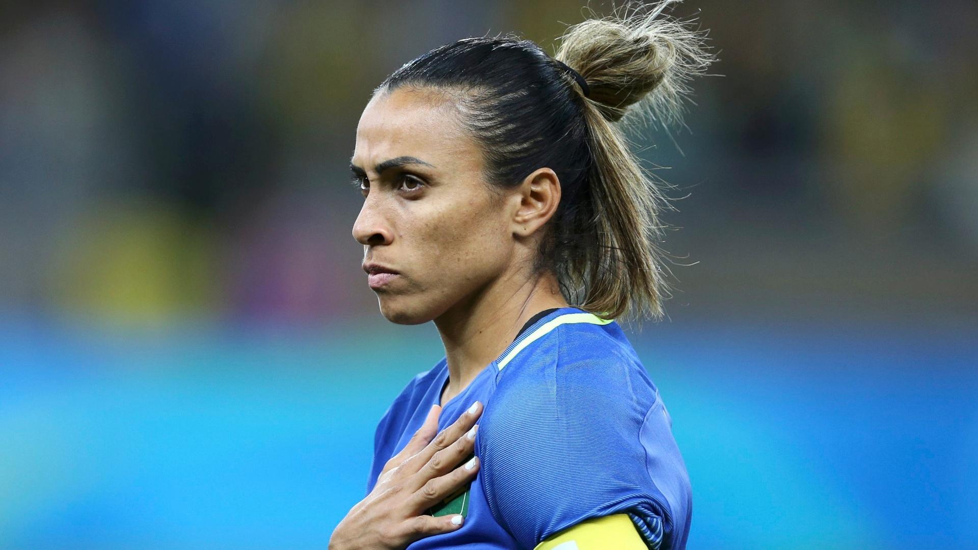 Marta canta hino nacional na partida contra a Austrália, no Mineirão