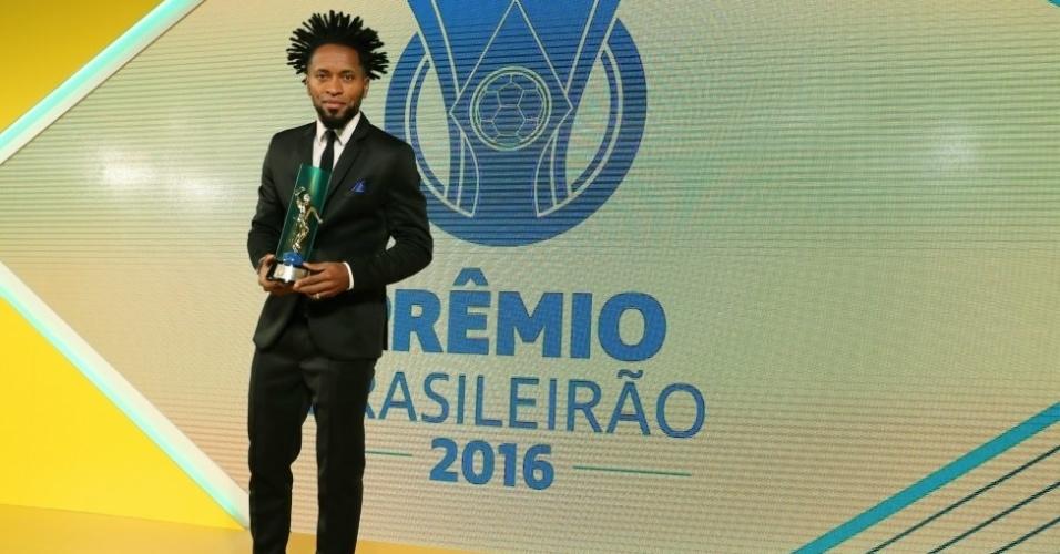 Zé Roberto recebeu o prêmio de gol mais bonito do campeonato, pelo tento anotado contra o Santa Cruz
