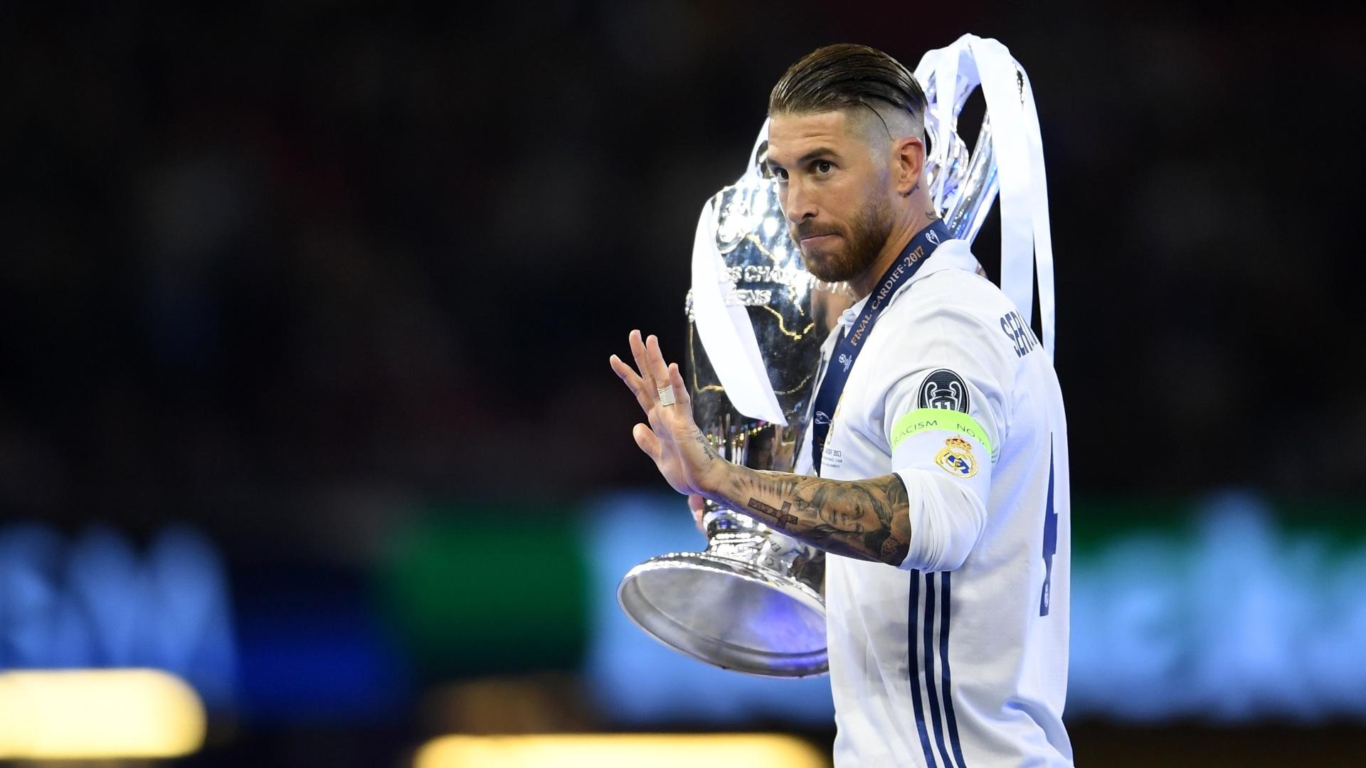 Sergio Ramos carrega taça da Champions no ombro direito