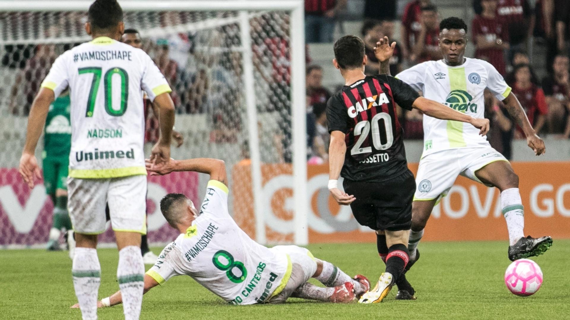 Matheus Rossetto me disputa com Elicarlos durante Atlético-PR x Chapecoense