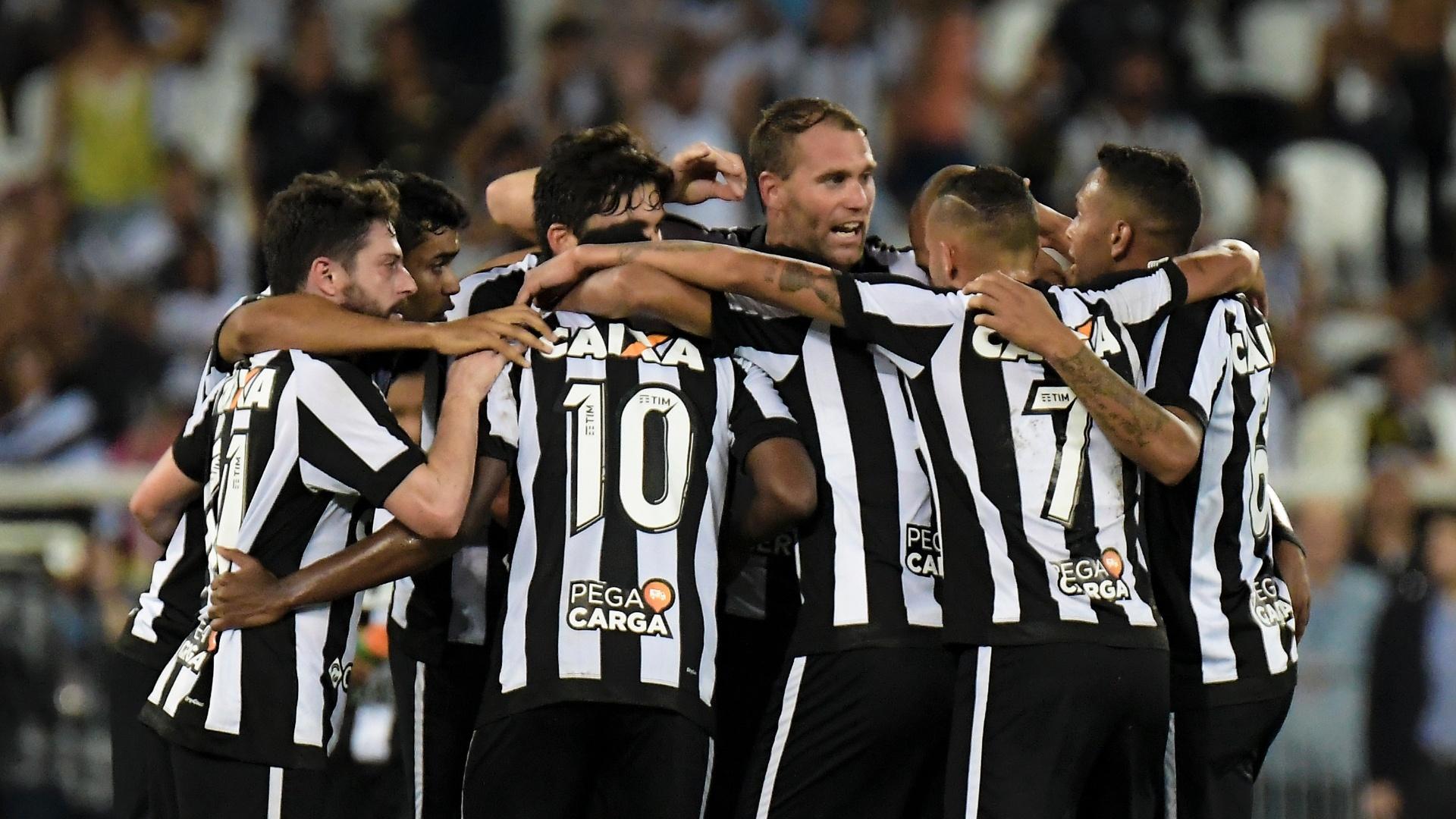 Jogadores do Botafogo comemoram o gol de João Paulo diante do Atlético-GO, no Nilton Santos