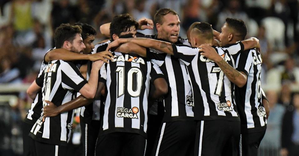 Jogadores do Botafogo comemoram o gol de João Paulo diante do Atlético-GO 58122e7f9049b