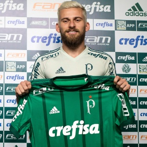 Lucas Lima posa com a camisa do Palmeiras; versão atual leva letras do Palestra - Daniel Vorley/AGIF