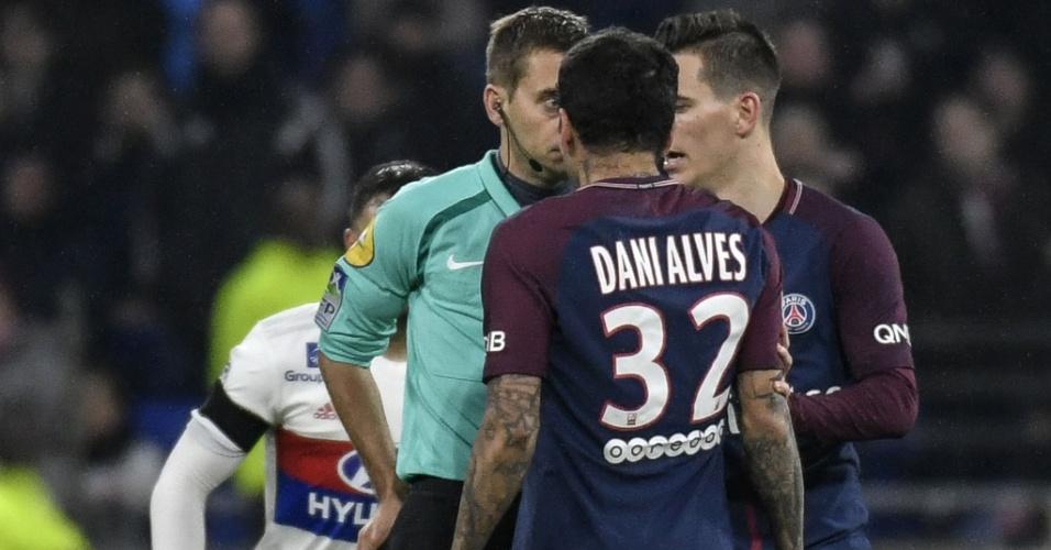 Daniel Alves reclama com árbitro e recebe o cartão vermelho