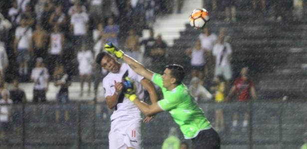 Sob chuva, Paulinho recebe soco na cabeça em seu gol diante dos bolivianos