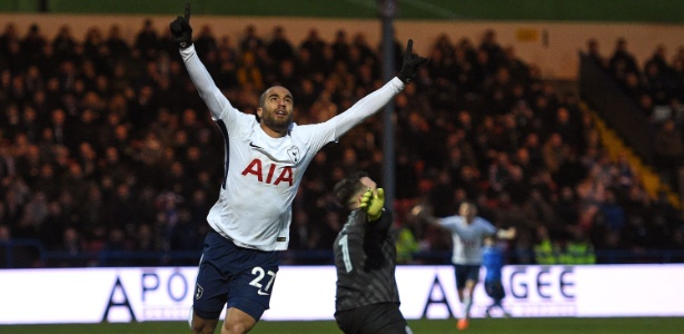 Lucas Moura comemora seu primeiro gol pelo Tottenham - OLI SCARFF/AFP