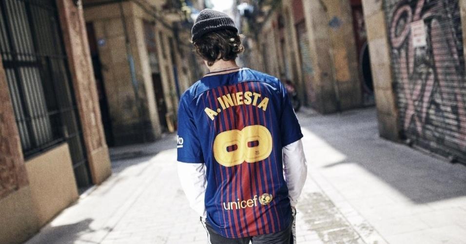 Barcelona lança camisa especial em homenagem a Iniesta