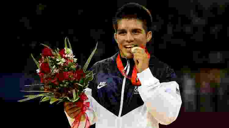 Henry Cejudo com a medalha de ouro olímpica em 2008 - Jed Jacobsohn/Getty Images - Jed Jacobsohn/Getty Images