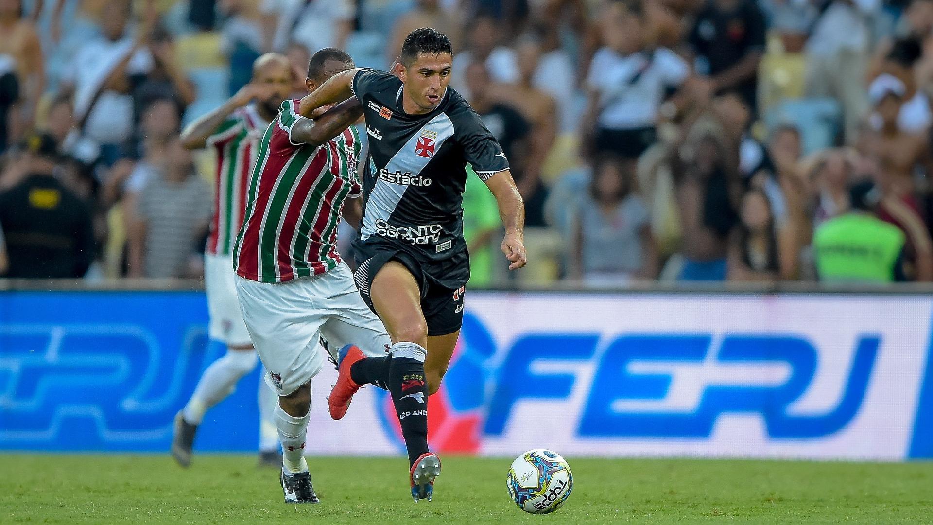 Danilo Barcelos tenta se livrar da marcação durante o jogo entre Vasco e Fluminense
