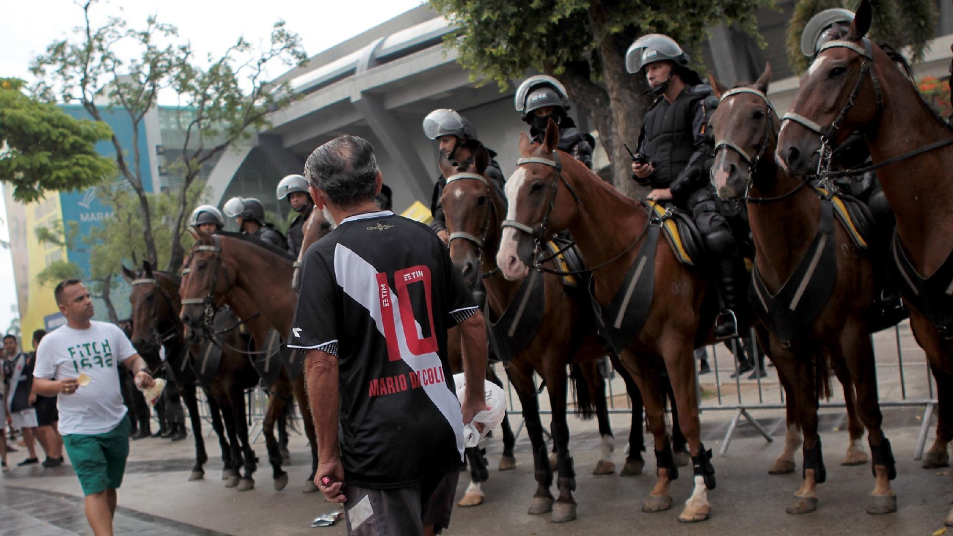 Torcedores esperam do lado de fora do Maracanã decisão da Justiça sobre portões fechados