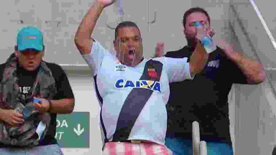 Claudio Gonçalves, torcedor do Vasco que viralizou no Maracanã, com seu filho André à esquerda - Reprodução/Premiere