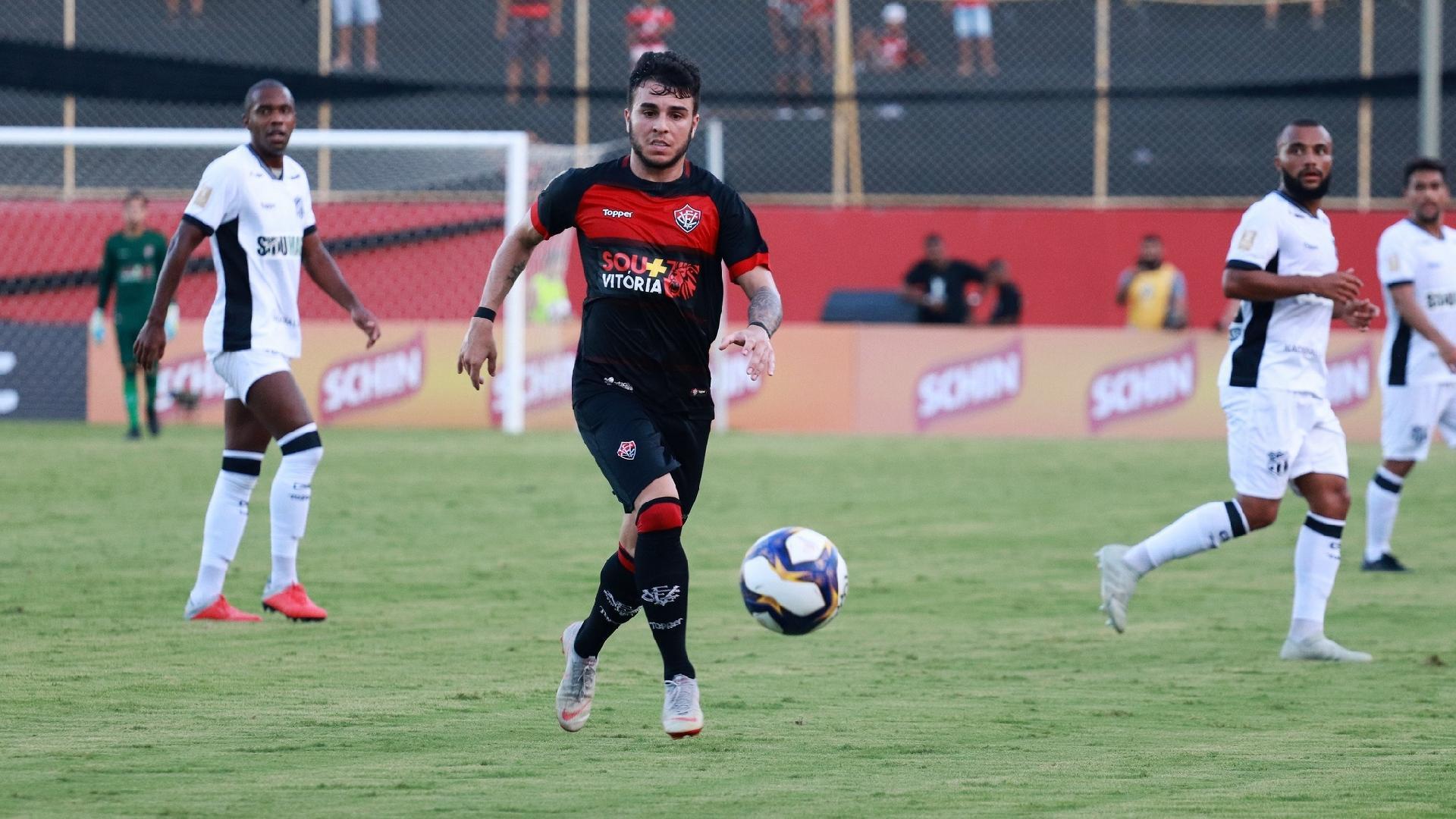 Meia Andrigo, do Vitória, carrega a bola durante jogo contra o Ceará, pela Copa do Nordeste