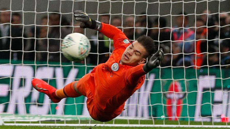 Ederson defende pênalti para o City na final da Copa da Liga Inglesa  - Adrian DENNIS / AFP