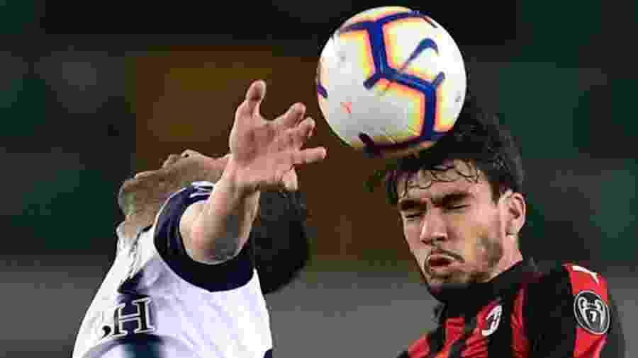 Lucas Paquetá, do Milan, briga pela bola durante partida contra o Chievo - Miguel Medina/AFP
