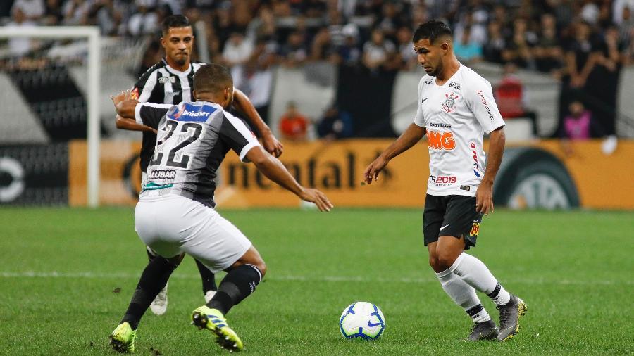 Sornoza encara a marcação do Ceará durante partida do Corinthians na Copa do Brasil - RICARDO MOREIRA/FOTOARENA/ESTADÃO CONTEÚDO