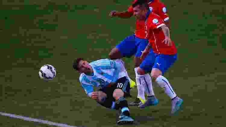 Messi sofreu com o jogo duro de Medel na final da Copa América de 2015 - Miguel Tovar/LatinContent via Getty Images