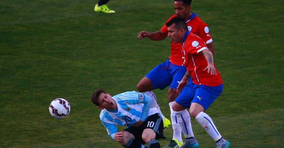 Medel comete falta em Messi durante Argentina x Chile, em 2015