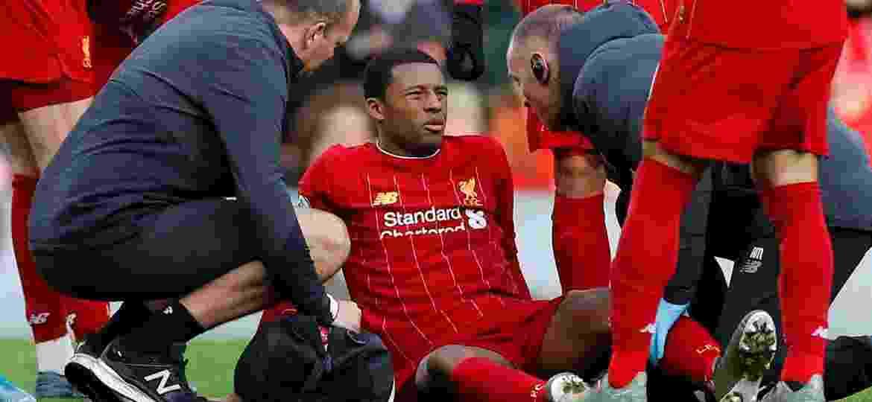 14.dez.2019 - Georginio Wijnaldum recebe atendimento médico após sentir dores na partida entre Liverpool e Watford pelo Campeonato Inglês - Phil Noble/Reuters