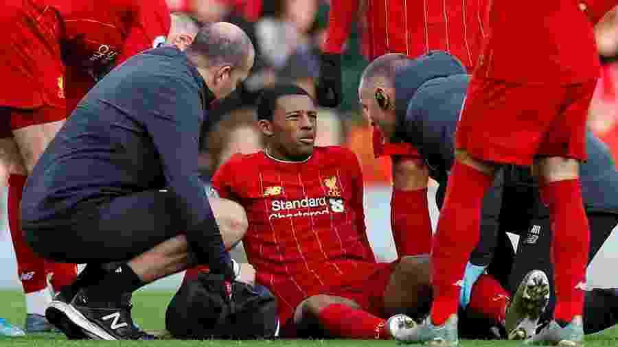 Georginio Wijnaldum recebe atendimento médico após sentir dores na partida entre Liverpool e Watford pelo Campeonato Inglês - Phil Noble/Reuters