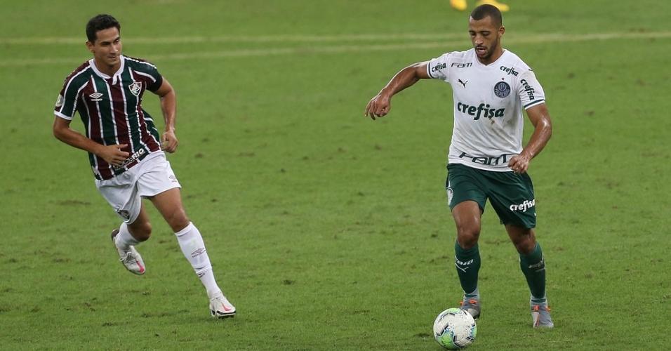 Vitor Hugo disputa bola com Paulo Henrique Ganso