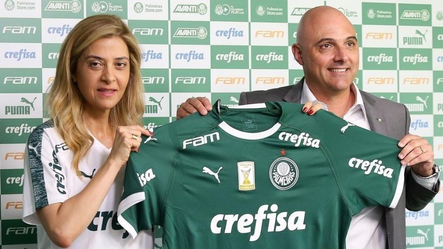 Leila Pereira e Maurício Galiotte posam com a camisa do Palmeiras - Cesar Greco