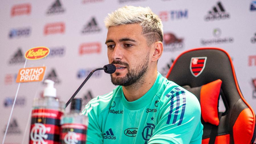 Arrascaeta, meia do Flamengo, em entrevista coletiva. Jogador debate reajuste com o clube - Marcelo Cortes / Flamengo
