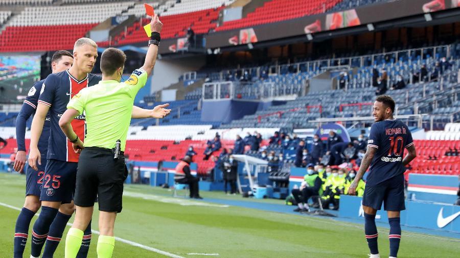 Neymar é expulso durante derrota do PSG para o Lille no Campeonato Francês  - Xavier Laine/Getty Images