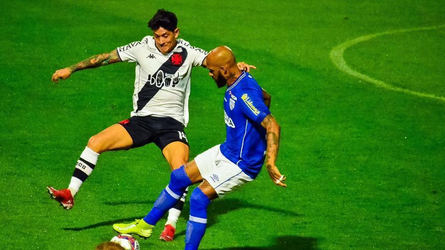 Cano, do Vasco, e Bruno Silva, do Avaí, disputam a bola em jogo na Ressacada, na Série B do Brasileiro - R.Pierre/AGIF