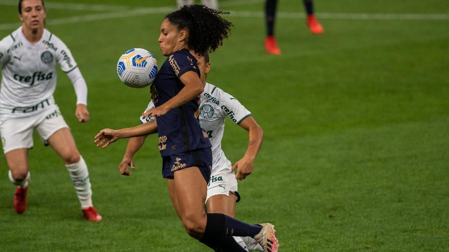 Yasmin, do Corinthians, em lance da segunda partida da final do Brasileiro feminino contra o Palmeiras - JHONY INÁCIO/ENQUADRAR/ESTADÃO CONTEÚDO