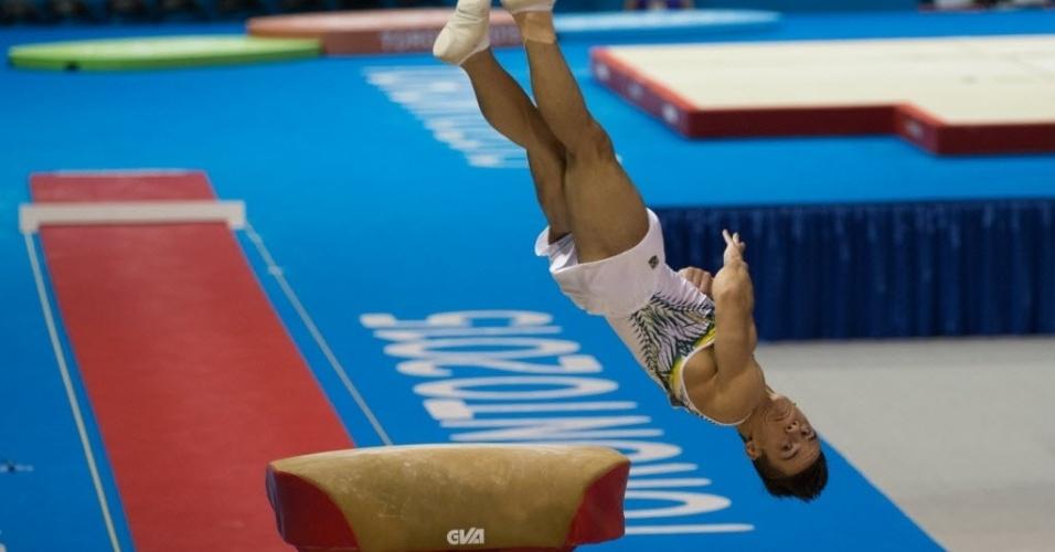 Brasileiro Caio Souza se apresenta na final do salto sobre a mesa