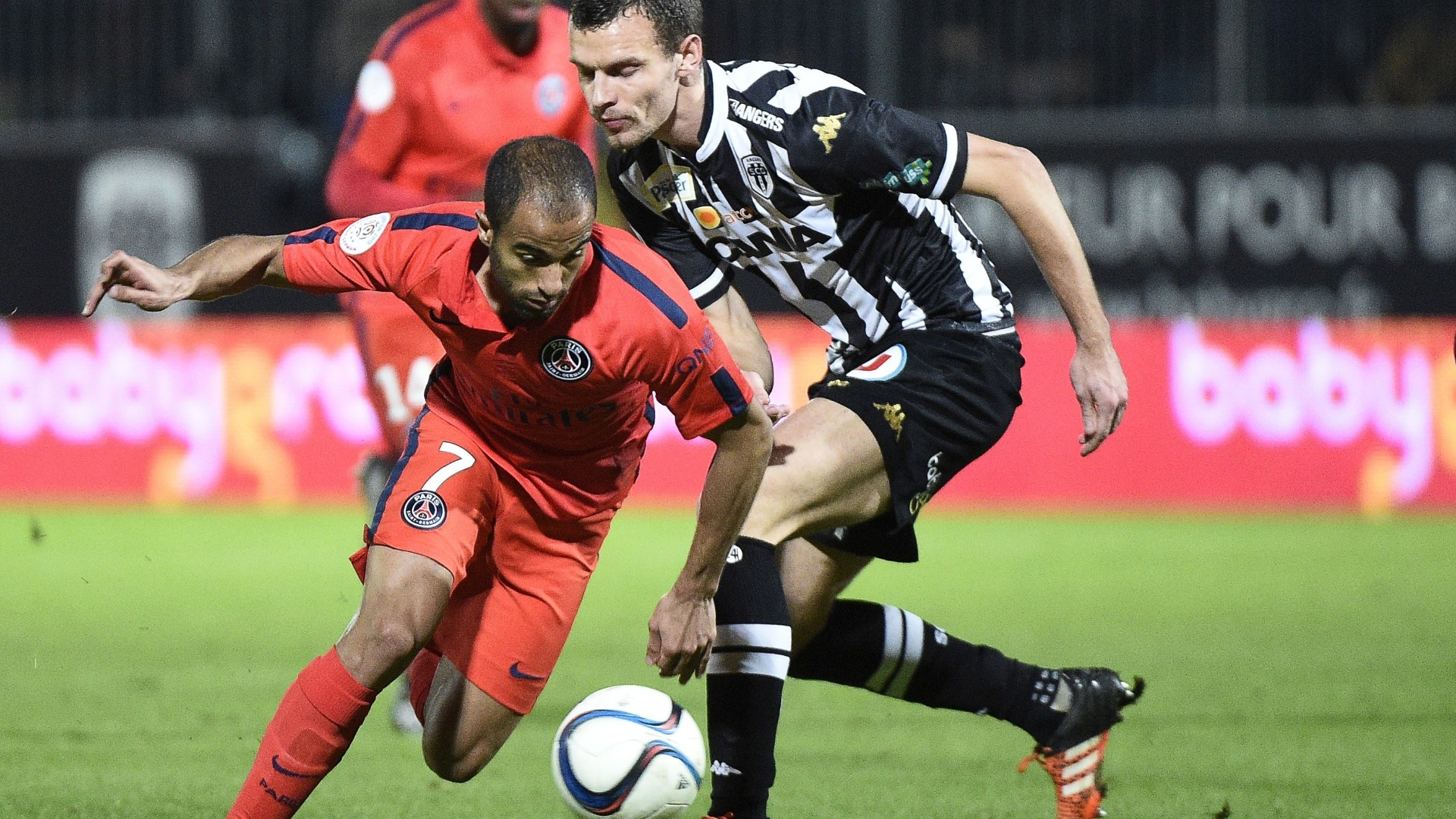 Lucas tenta se livrar da marcação durante confronto entre PSG e Angers