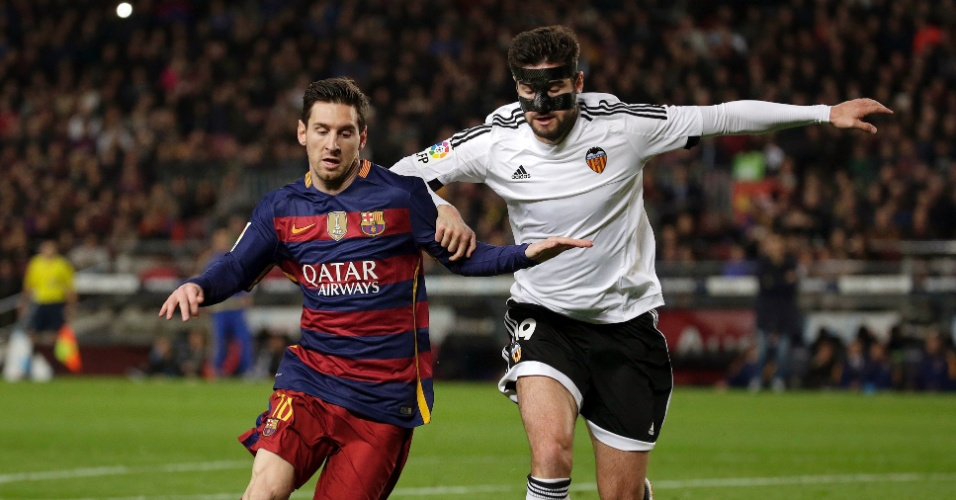 Lionel Messi tenta se livrar da marcação de Barragán na partida entre Barcelona e Valencia pela Copa do Rei