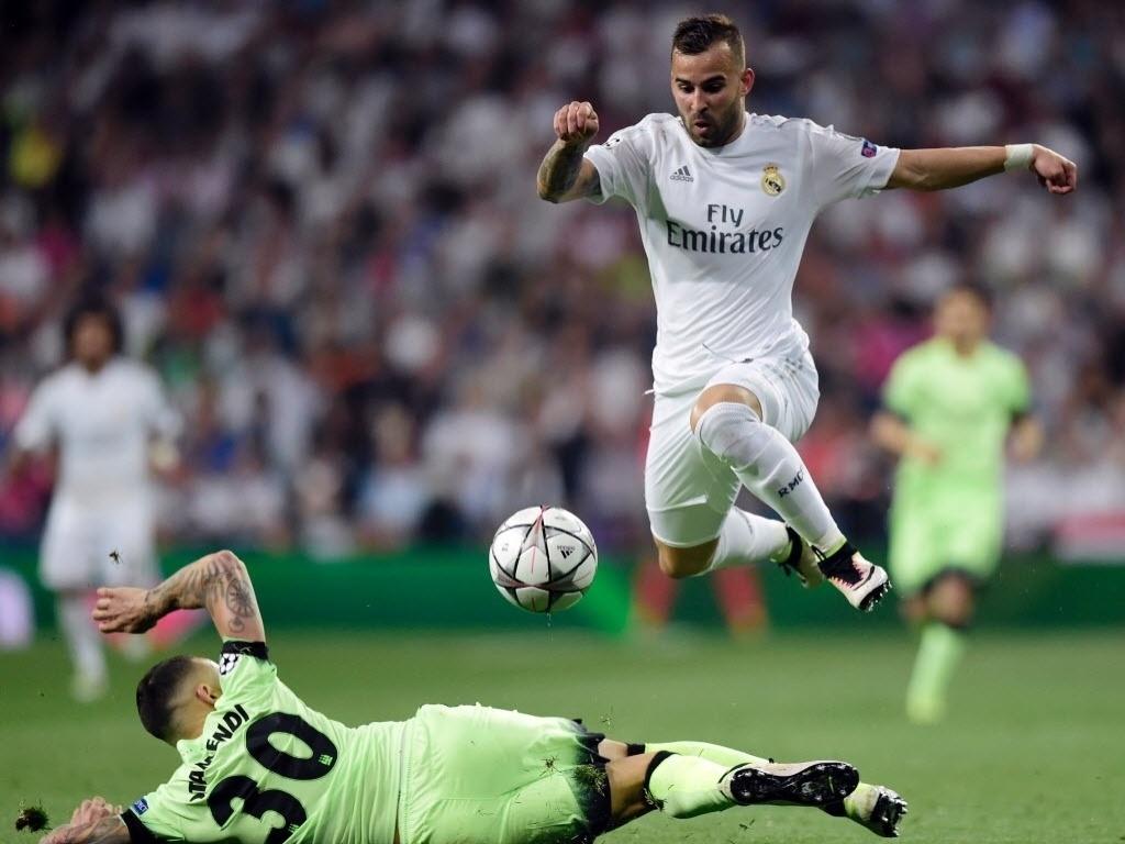 Jesé, atacante do Real Madrid, se livra da marcação de Otamendi, zagueiro do Manchester City