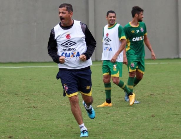 O ex-atacante e agora auxiliar Valdir Bigode em treino do Vasco