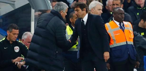 Mourinho reclamou da postura de Conte quando foi cumprimentar o treinador rival após goleada