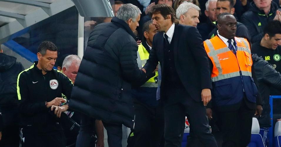 José Mourinho, técnico do United, cumprimenta Antonio Conte, comandante do Chelsea, após partida do Campeonato inglês