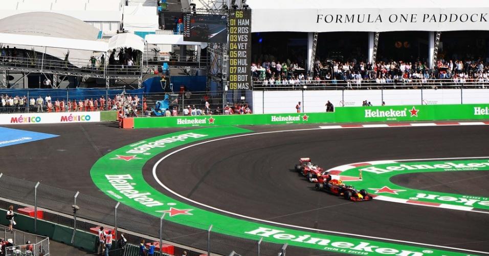 Max Verstappen e Sebastian Vettel disputam posição no GP do México