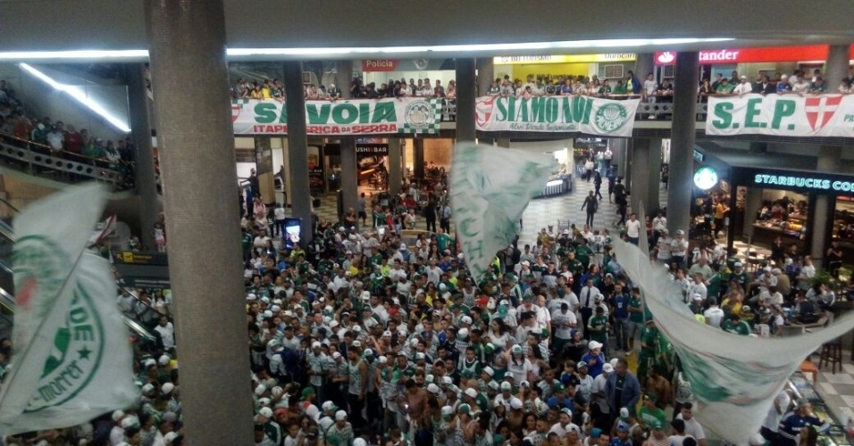 Torcedores do Palmeiras lotam aeroporto de Congonhas, em São Paulo