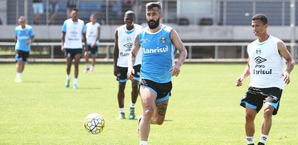 Douglas levou a pior em dividida durante treinamento do Grêmio