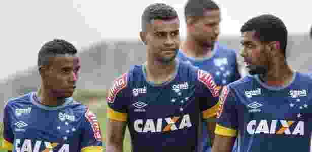 Raniel (d) durante treinamento do Cruzeiro na Toca da Raposa - Washington Alves/Light Press/Cruzeiro