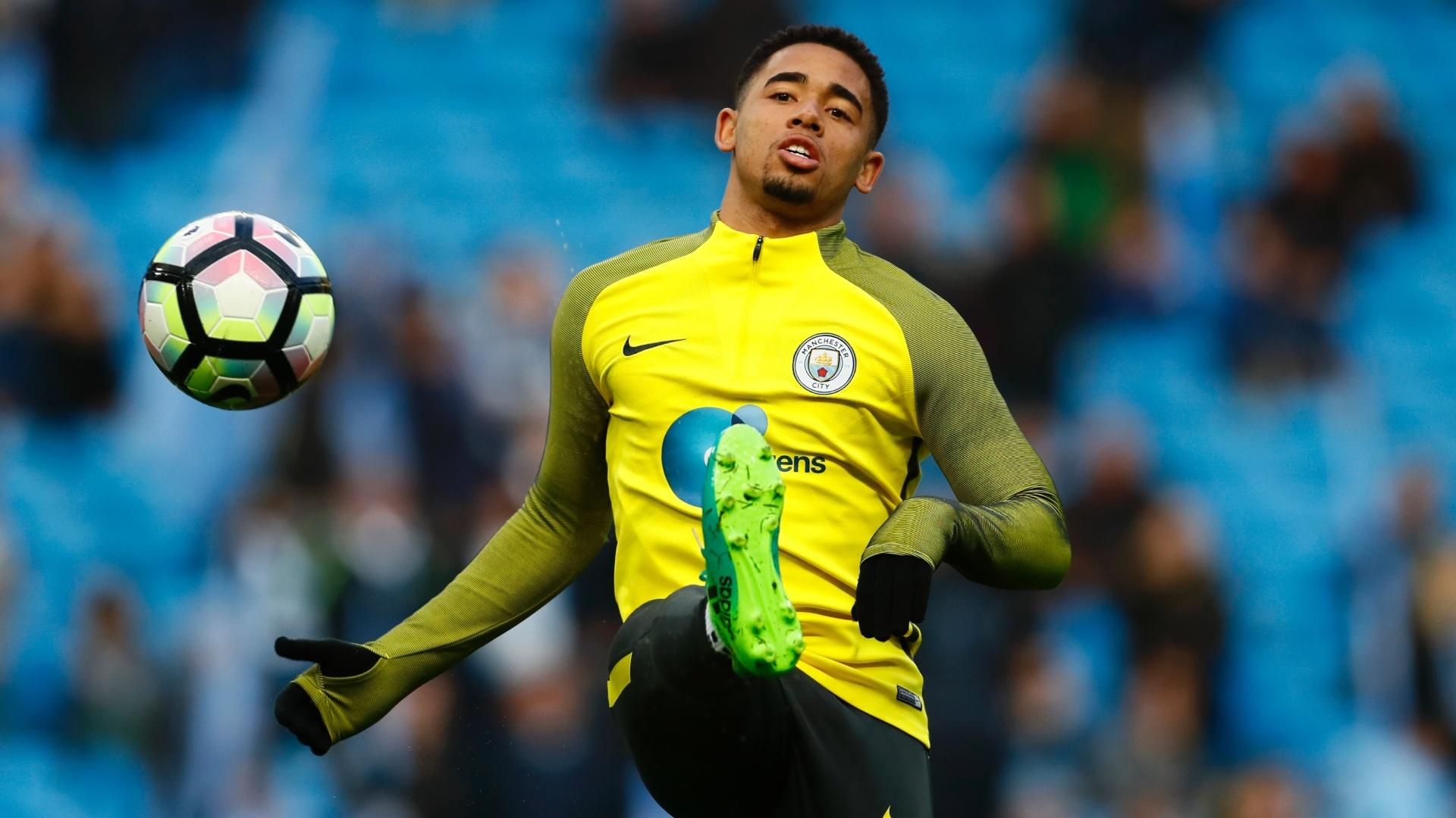 Gabriel Jesus se aquece durante a partida entre Manchester City e Manchester United